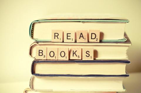 Membaca buku secara konvensional,